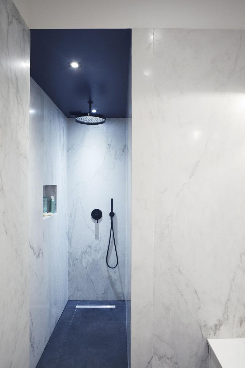 Un appartamento haussmaniano bagno marmo bianco blu