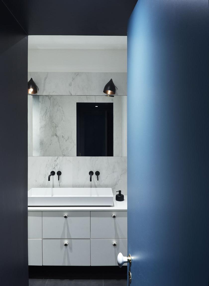 Un appartamento haussmaniano rinnovato con stile bagno bianco marmo