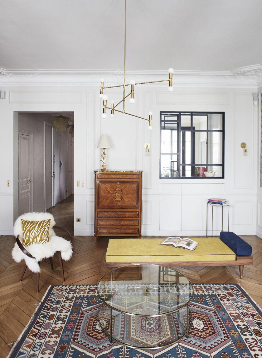 Un appartamento haussmaniano arredato in stile stile anni ottanta