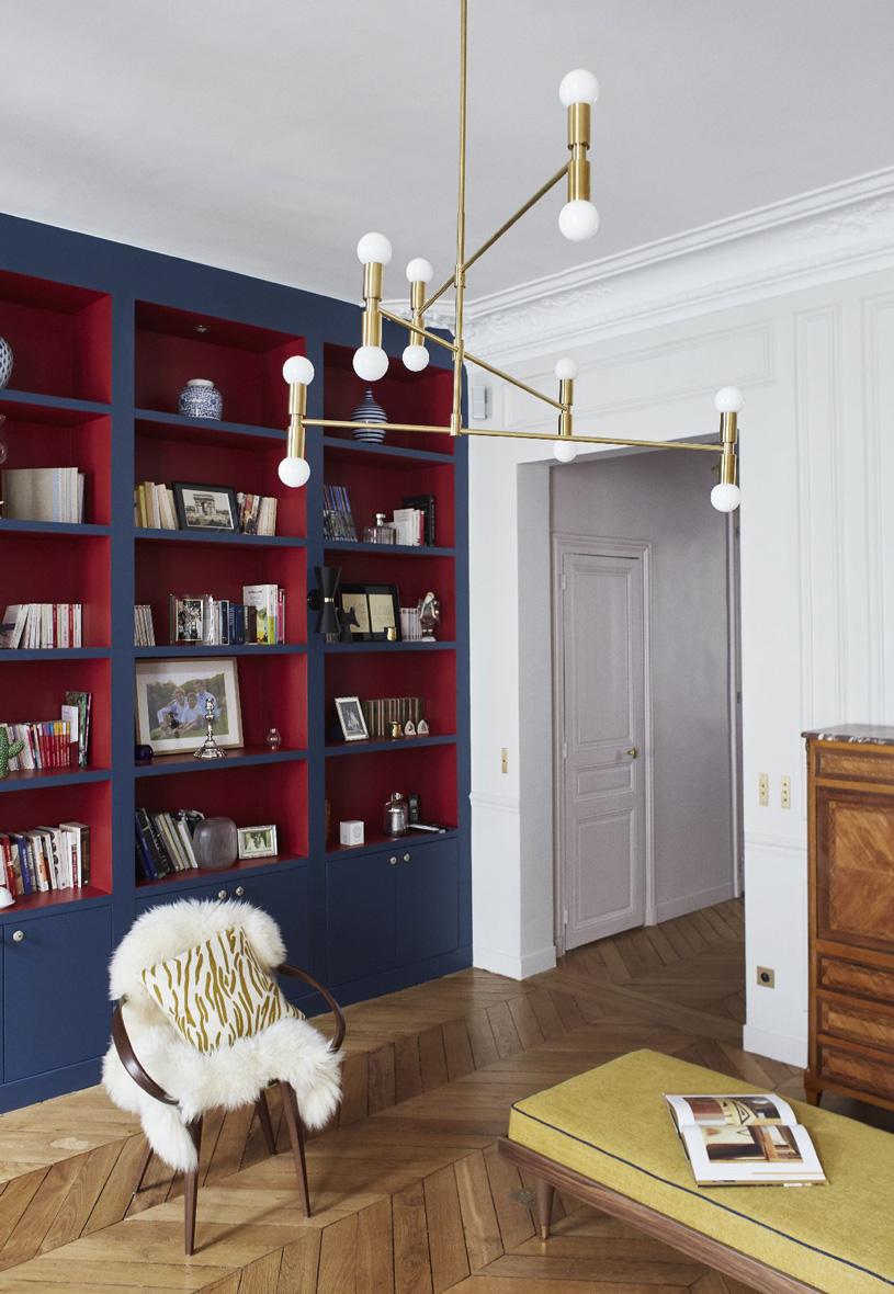 Un appartamento haussmaniano rinnovato con stile soggiorno libreria blu