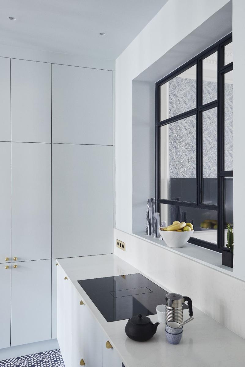 Un appartamento haussmaniano rinnovato con stile parete divisoria in vetro