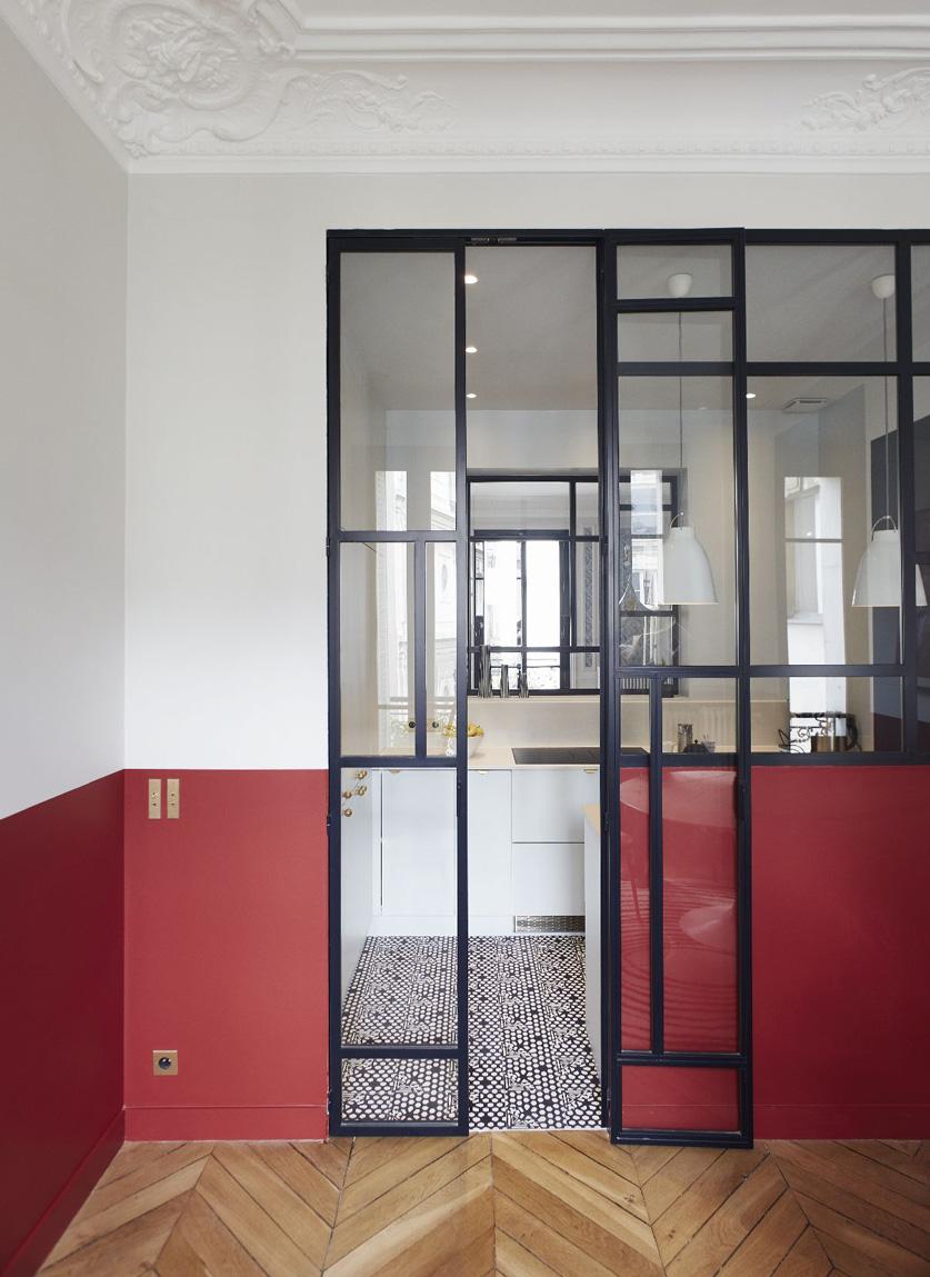 Un appartamento haussmaniano parete divisoria in vetro cucina soggiorno