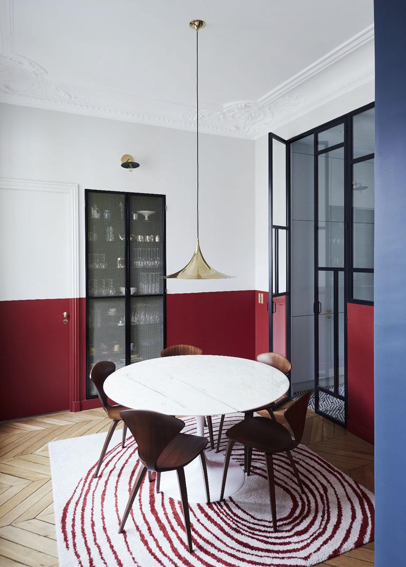 Un appartamento haussmaniano parete divisoria in vetro e ferro cucina