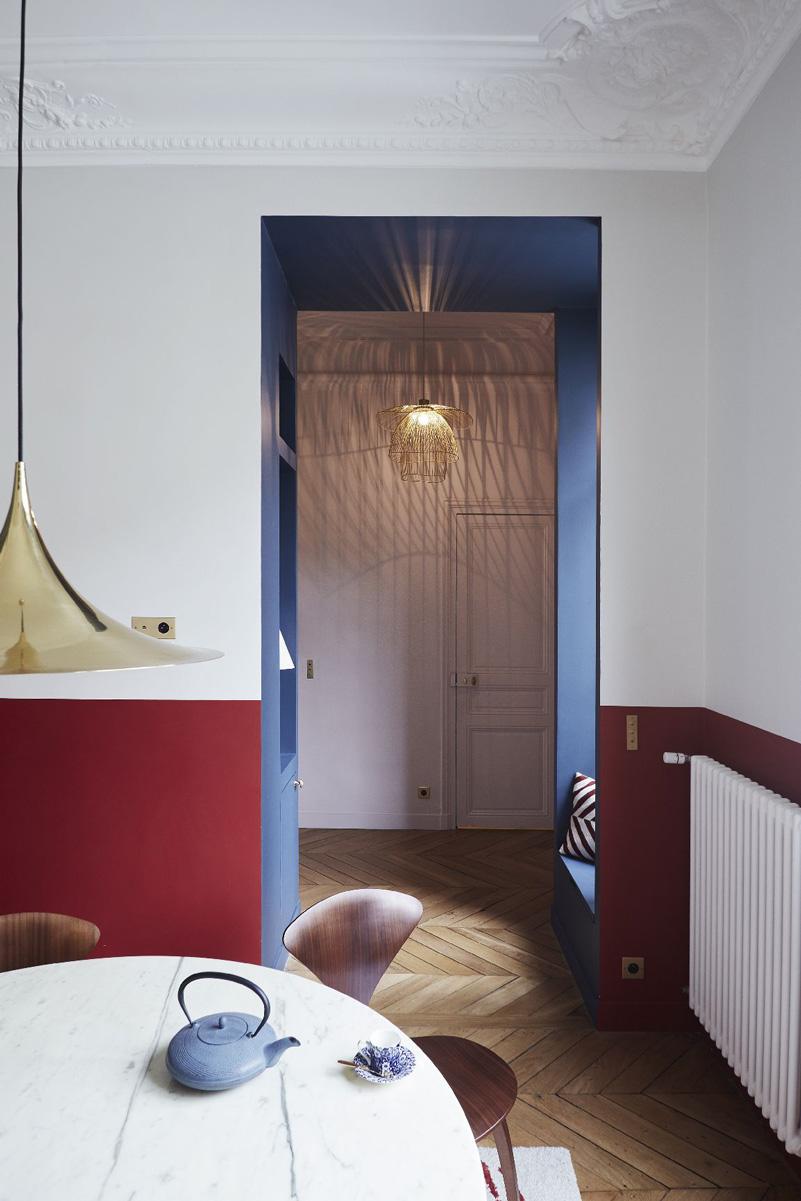 Un appartamento haussmaniano rinnovato con stile colori rosso e blu