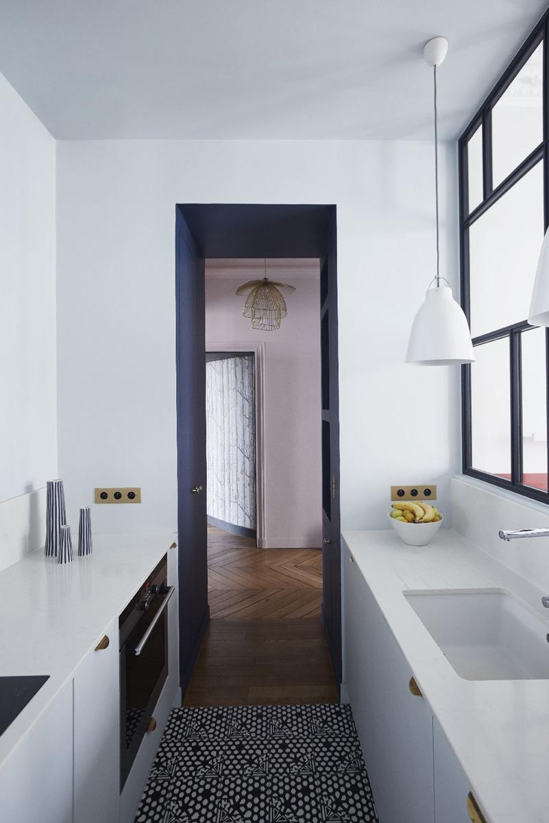 Un appartamento haussmaniano rinnovato con stile cucina passante