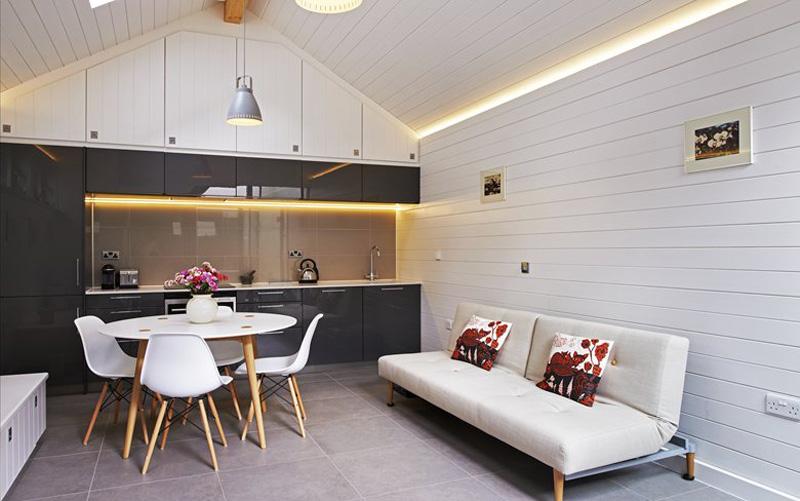 Illuminare casa con stile strisce e profili led per un effetto