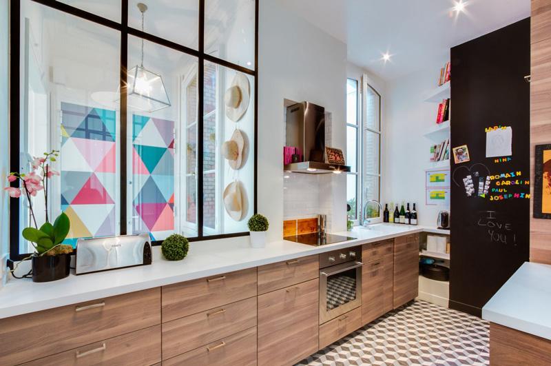 Un appartamento parigino ritrova la luce prima e dopo cucina
