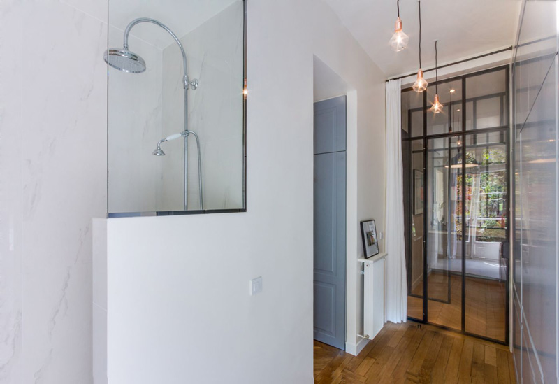 Un appartamento parigino ritrova la luce bagno e dressing