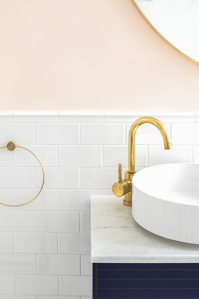 Un appartamento in stile eclettico firmato da Heju rubinetto ottone