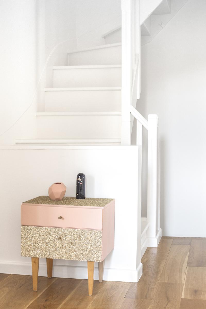 Un appartamento in stile eclettico firmato da Heju mobiletto rosa oro