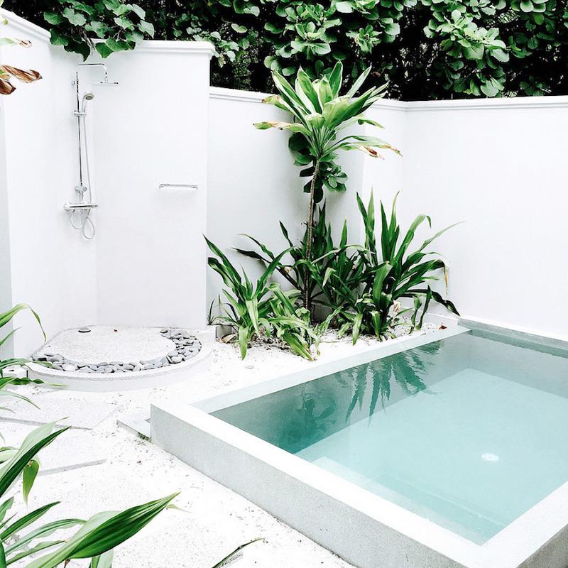 9 motivi per innamorarsi delle piscine in microcemento bianca