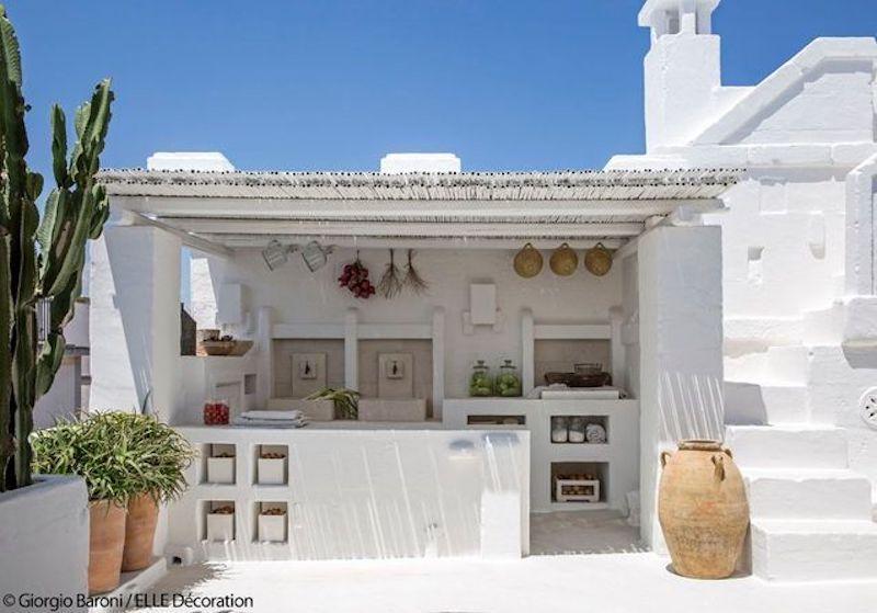 una casa tutta bianca in puglia cucina esterna