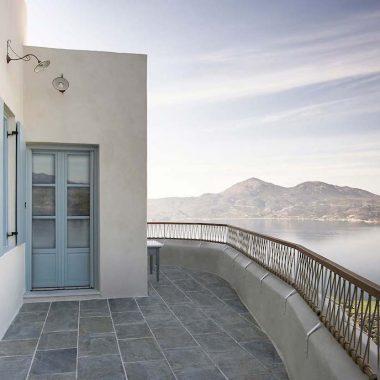 una casa in Grecia bianca e azzurra terrazza
