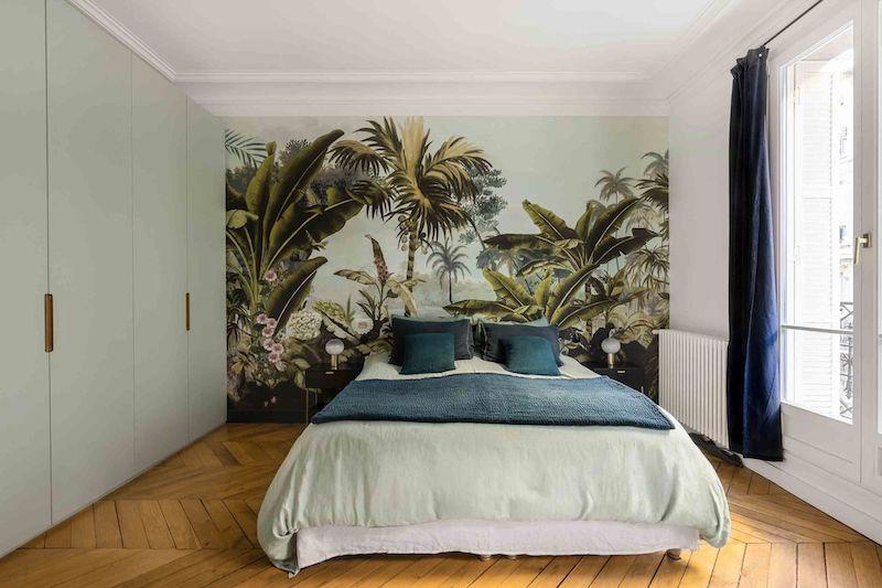 Un appartamento parigino in blu e oro camera da letto