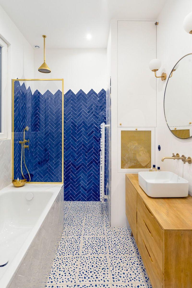 Un appartamento parigino in blu e oro bagno