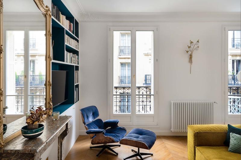 Un appartamento parigino in blu e oro soggiorno