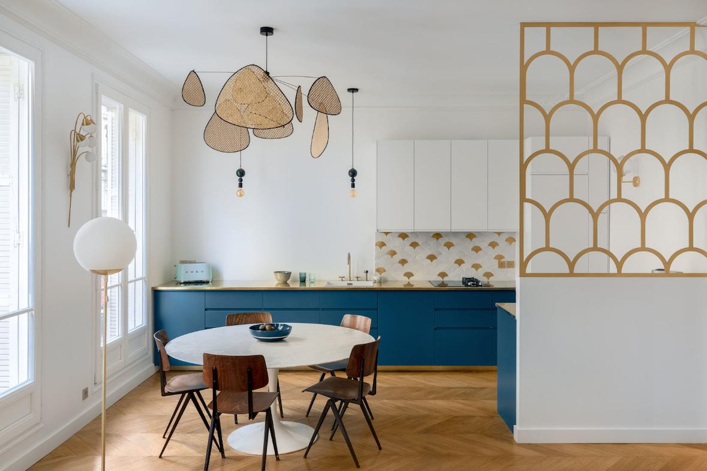 Un appartamento parigino in blu e oro cucina