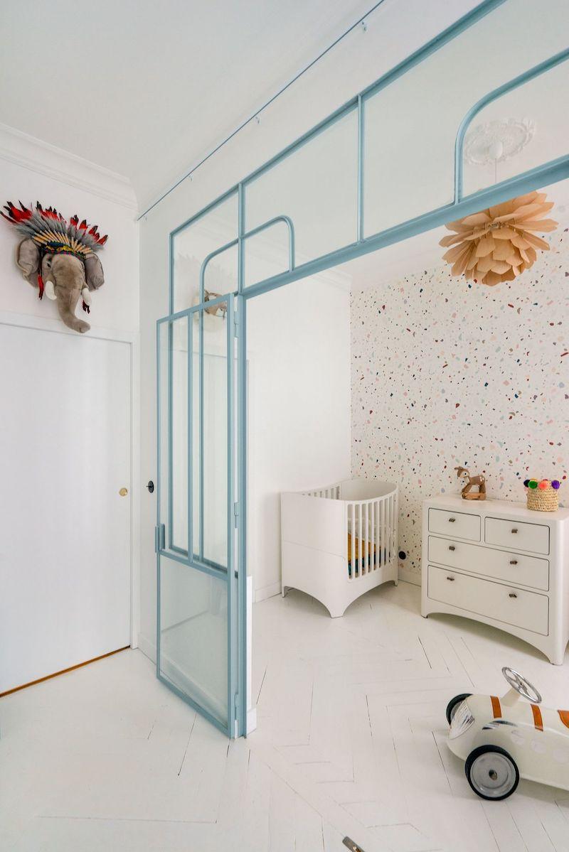 Un appartamento parigino in blu e oro cameretta