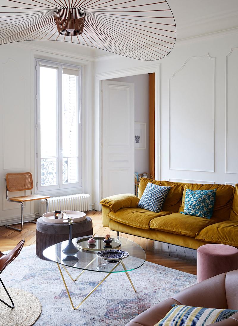 appartamento parigino arredato con personalita divano giallo mostarda