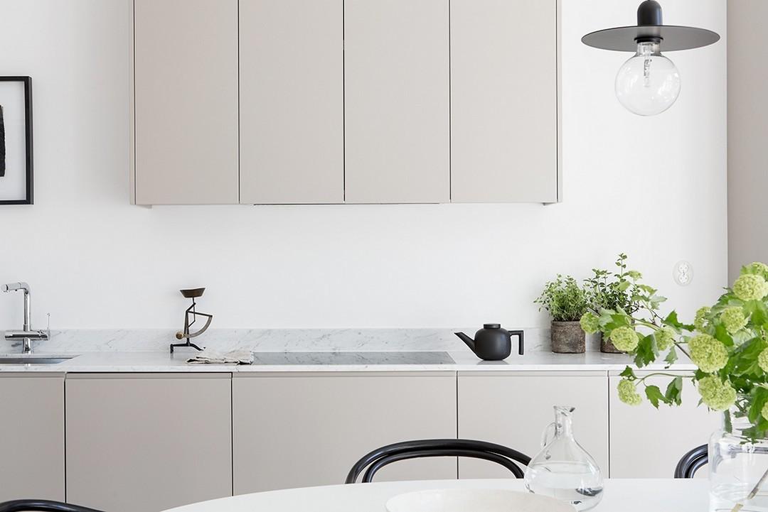 Minimalismo scandinavo in bianco e grigio